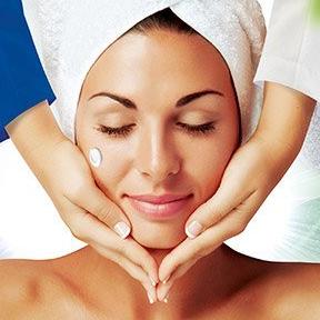 Massage nhẹ nhàng trên da, rửa sạch lại với nước ấm