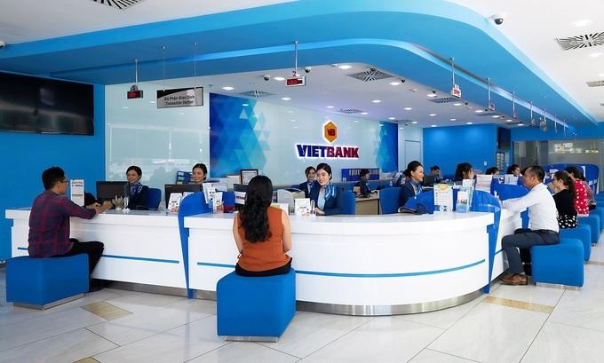 Khách hàng giao dịch tại ngân hàng Vietbank. Ảnh: Vietbank cung cấp.
